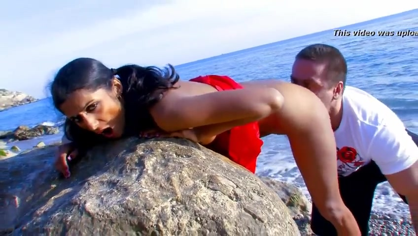 Desi Girl Gets Her Pussy Eaten And Fucked On The Beach