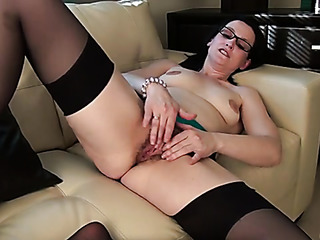 babe glasses plays her
