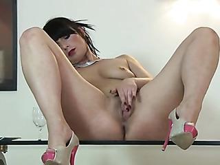 british chick masturbates her