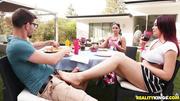 amateur novia al aire libre paja con los pies