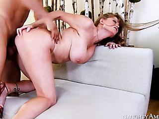 pelirroja mama takes off